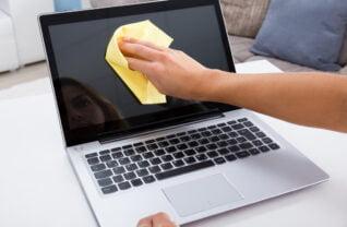 Cum sa-ti cureti laptopul de praf